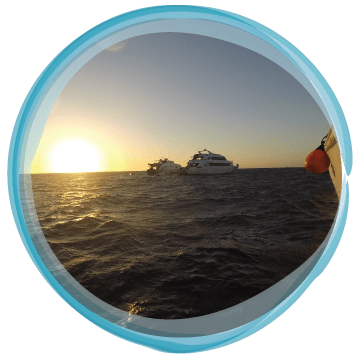 Pohled na zapad slunce na lodi