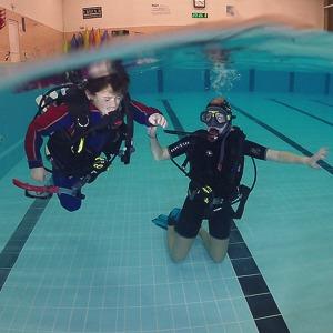 Výcvik potápění v bazénu - plavání baz masky