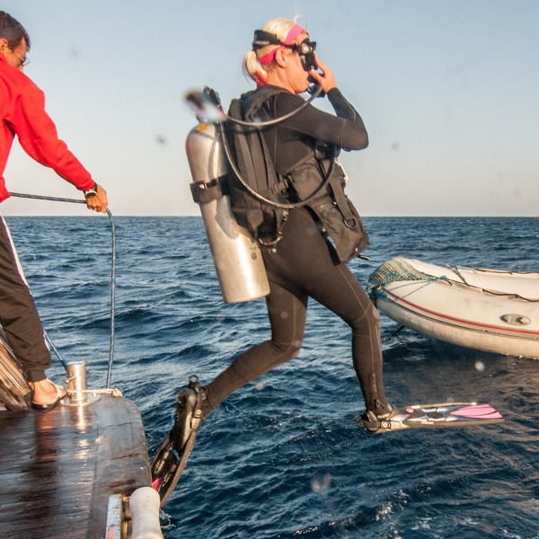Skok potápěci do vody z lodi