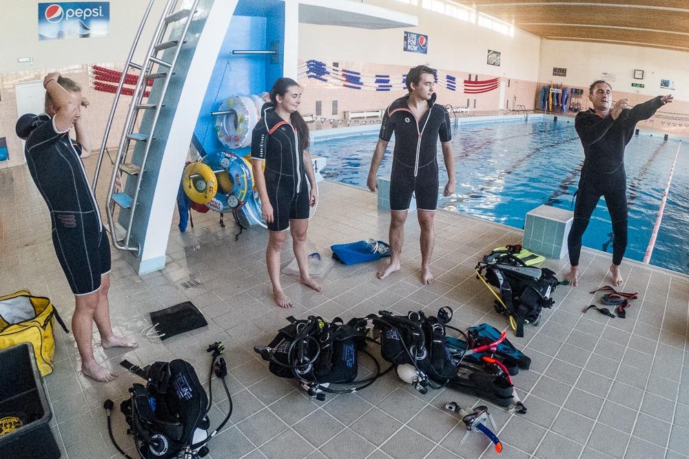 Příprava na kurz potápění v bazénu