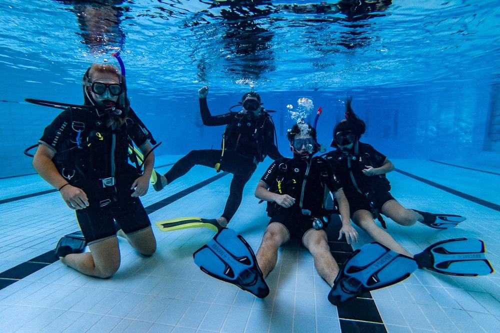 Potápění v bazénu